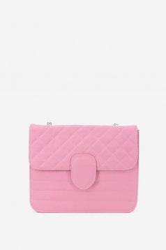 Rózsaszínű táska fémes kiegészítő