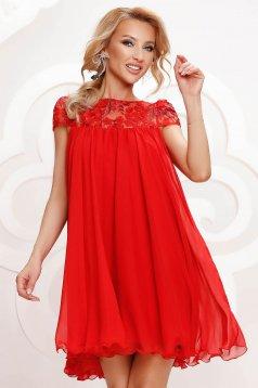 Piros bő szabású alkalmi ruha hímzett betétekkel muszlinból és béléssel