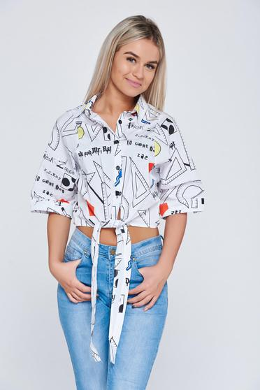 Fehér női ing rövid nyomtatott mintával hegyes gallérral