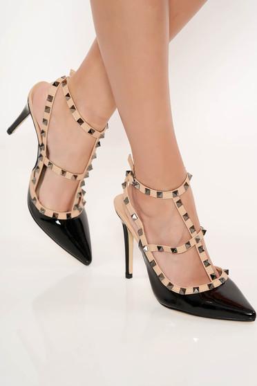 Fekete magassarkú cipő fémes szegecsekkel