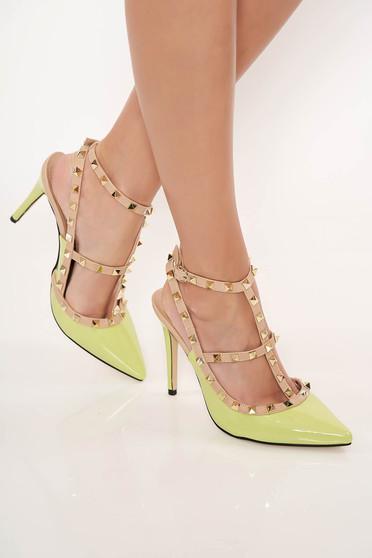 Világos zöld magassarkú cipő fémes szegecsekkel