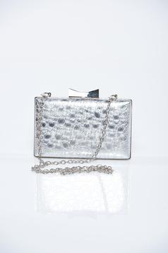 Szürke táska domborított minta fémes jelleg