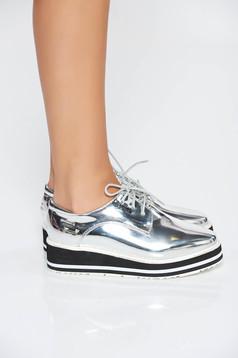 Ezüst casual cipő fűzővel köthető meg fémes jellegű műbőr