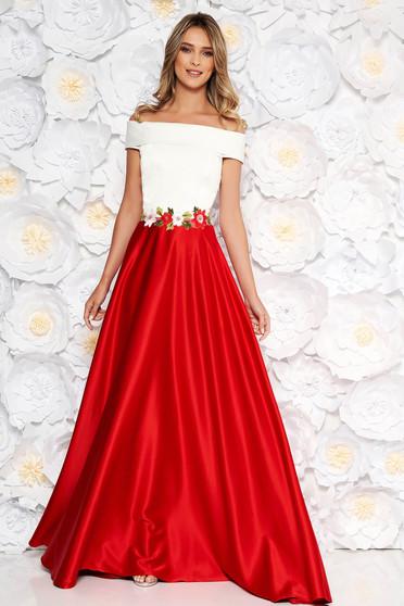 Piros Artista ruha hímzett betétekkel szatén anyagból