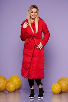 Piros hosszú fix kapucnis casual dzseki övvel ellátva