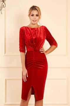 Piros alkalmi szűk szabású bársony ruha gyöngyös díszítéssel