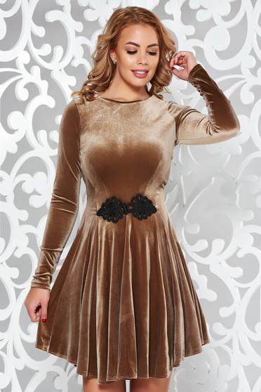 Krém Artista bársony ruha hímzett betétekkel