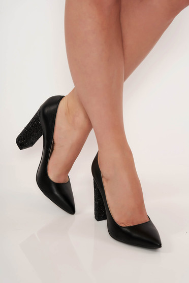 Fekete elegáns cipő vastag sarok enyhén hegyes orral