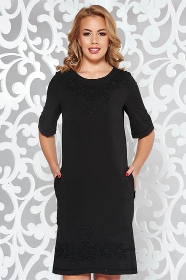 Fekete LaDonna elegáns zsebes egyenes ruha hímzett betétekkel enyhén rugalmas anyag