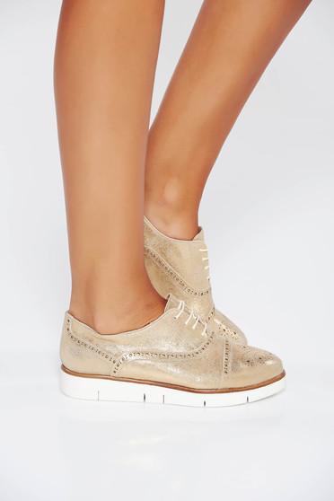 Arany casual bőr cipő lapos talpú fűzővel köthető meg