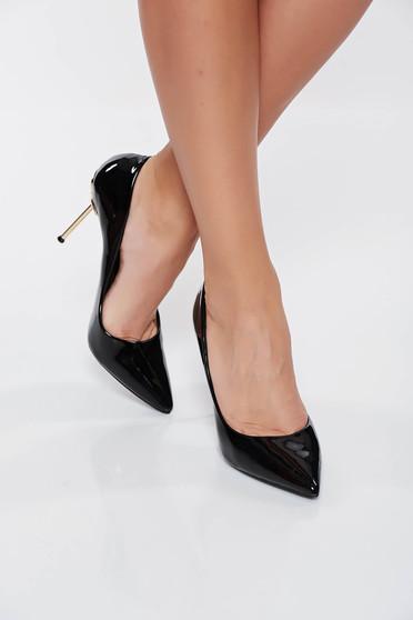 Fekete elegáns cipő lakkozott öko bőr enyhén hegyes orral magassarkú