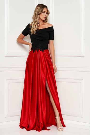 e24a740d25 Piros Artista alkalmi ruha hímzett betétekkel szatén anyagból a vállakon  harang