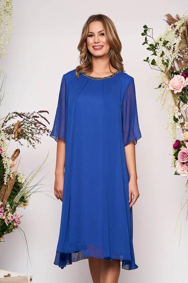 Kék alkalmi bő szabású ruha lenge anyagból béléssel és csillogó kiegészítőkkel