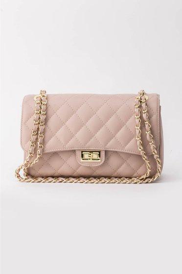 Rózsaszínű táska hosszú lánc típusú pánttal