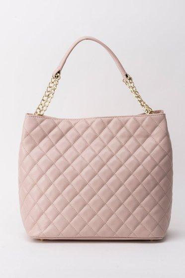 Rózsaszínű irodai táska fém lánccal van ellátva