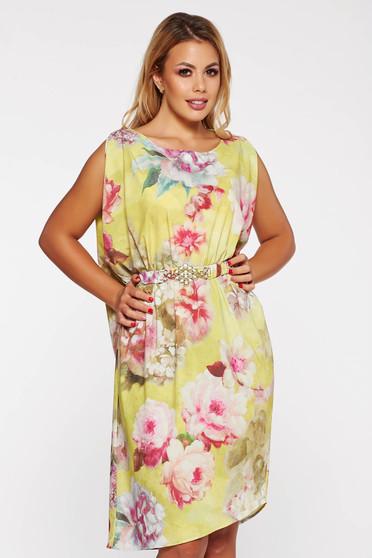 Sárga PrettyGirl elegáns bő szabású ruha szatén anyagból virágmintás díszítéssel övvel ellátva