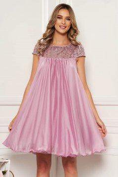 Világos rózsaszín bő szabású alkalmi ruha hímzett betétekkel muszlinból béléssel