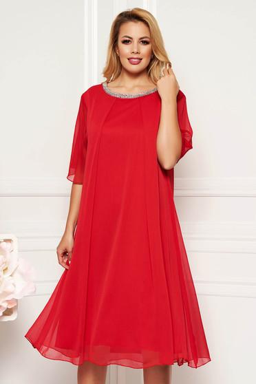 Piros alkalmi bő szabású ruha lenge anyagból belső béléssel csillogó kiegészítők