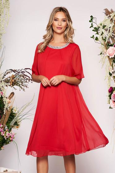 Piros alkalmi bő szabású ruha lenge anyagból béléssel és csillogó kiegészítőkkel