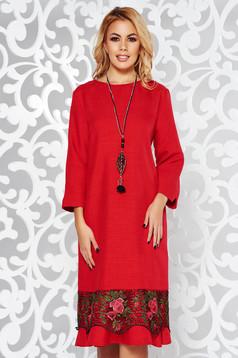 Piros elegáns bő szabású ruha enyhén elasztikus szövet csipke díszítéssel lánccal