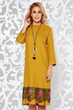 Mustar elegáns bő szabású ruha enyhén elasztikus szövet csipke díszítéssel lánccal
