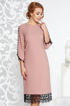 Világos rózsaszínű elegáns egyenes bojtos ruha enyhén rugalmas anyagból csipke díszítéssel