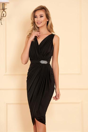 Fekete alkalmi szűk szabású átlapolt ruha strasszos kiegészítővel vékony anyagból