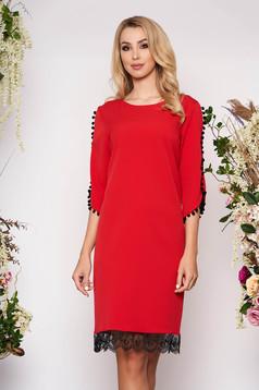 Piros elegáns egyenes bojtos ruha enyhén rugalmas anyagból csipke díszítéssel
