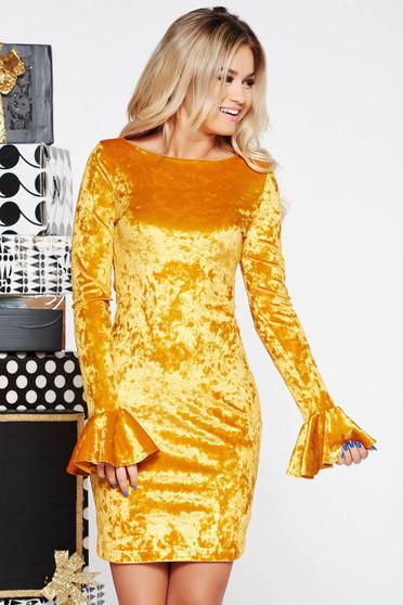 Sárga StarShinerS szűk szabású alkalmi ruha bársonyból fodros ujjakkal