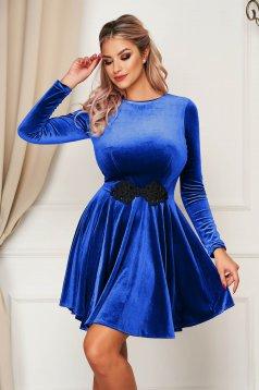 Kék alkalmi bársony harang ruha hímzett betétekkel