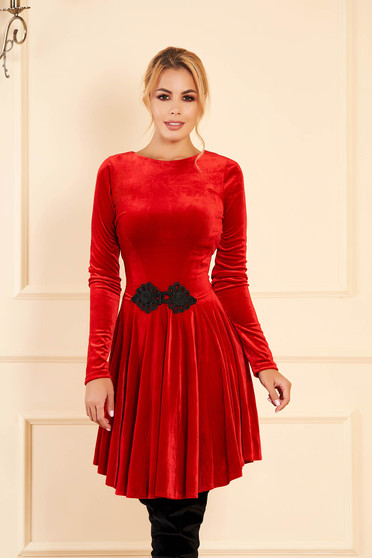 Piros alkalmi bársony harang ruha hímzett betétekkel