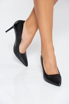 Fekete magassarkú cipő enyhén hegyes orral