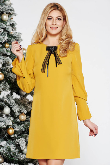 Mustar elegáns a-vonalú ruha enyhén elasztikus szövet háromnegyedes ujjú bross kiegészítővel