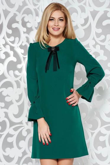 Zöld elegáns a-vonalú ruha enyhén elasztikus szövet háromnegyedes ujjú bross kiegészítővel