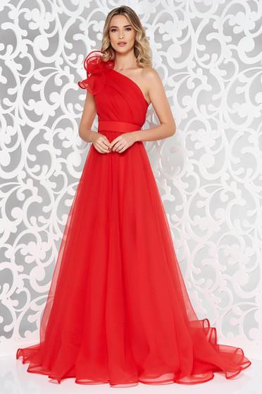 Piros Ana Radu egy vállas ruha belső béléssel övvel ellátva