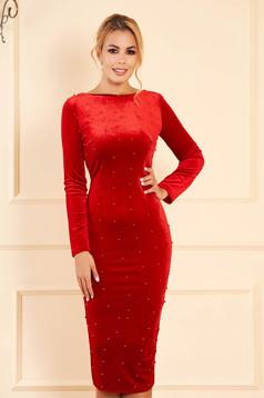 Piros alkalmi midi szűk szabású bársony ruha gyöngyös díszítéssel