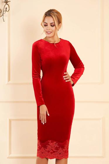 Piros alkalmi midi ceruza ruha bársonyból csipke díszítéssel