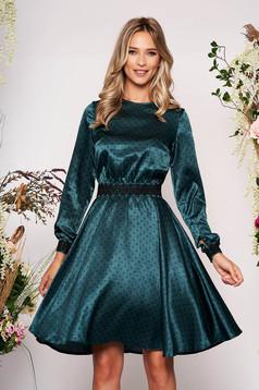 Zöld StarShinerS elegáns harang ruha szatén anyagból hímzett betétekkel és övvel ellátva