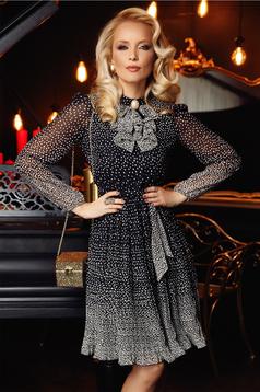 Fekete Fofy elegáns harang ruha fátyol anyagból bross kiegészítővel
