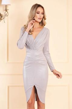Ezüstszínű alkalmi ruha béléssel v-dekoltázzsal metálos fényű enyhén rugalmas anyagból