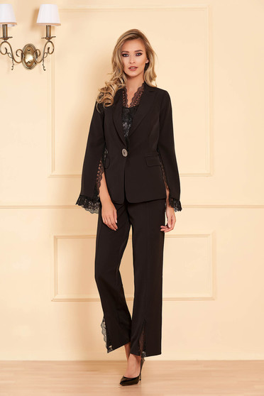 Fekete elegáns női kosztüm rugalmatlan szövetből csipke díszítéssel