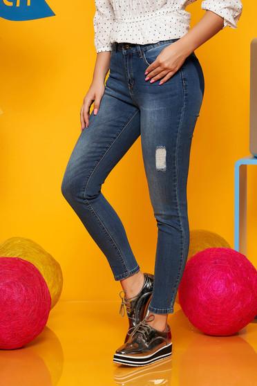 Kék casual normál derekú nadrág farmerarnyagból kisebb szakadásokkal az anyagban