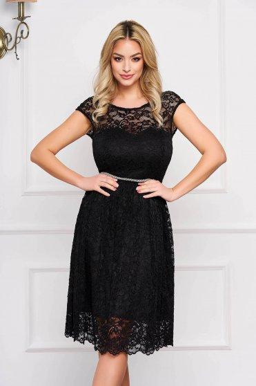 Fekete StarShinerS elegáns harang ruha csipkés anyagból béléssel övvel ellátva