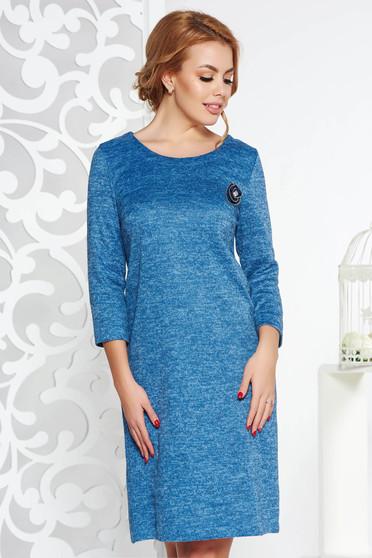 Kék StarShinerS bő szabású ruha kötött anyag bross kiegészítővel tartozékkal