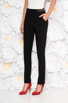 Fekete PrettyGirl elegáns kónikus nadrág magas derekú enyhén elasztikus szövet fém lánccal van ellátva