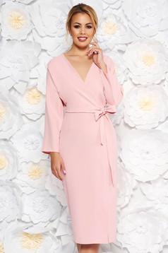 Rózsaszínű StarShinerS elegáns ruha v-dekoltázzsal nem rugalmas anyag övvel ellátva