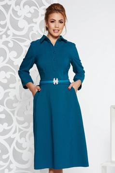 Türkiz elegáns midi ruha enyhén elasztikus szövet deréktól bővülő szabás öv típusú kiegészítővel