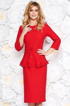 Piros elegáns midi ruha enyhén elasztikus szövet derékban zsinórral köthető meg csipke díszítéssel