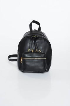 Fekete casual hátizsák fém kiegészítőkkel