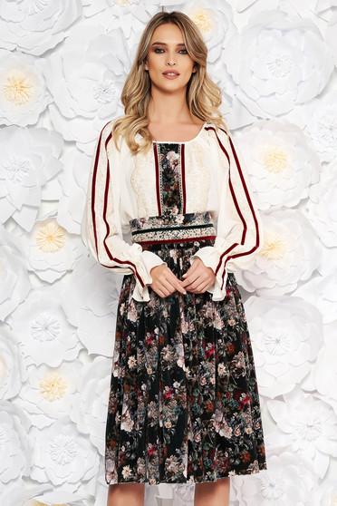 Sötétzöld LaDonna elegáns két részes női kosztüm csipke díszítéssel övvel ellátva